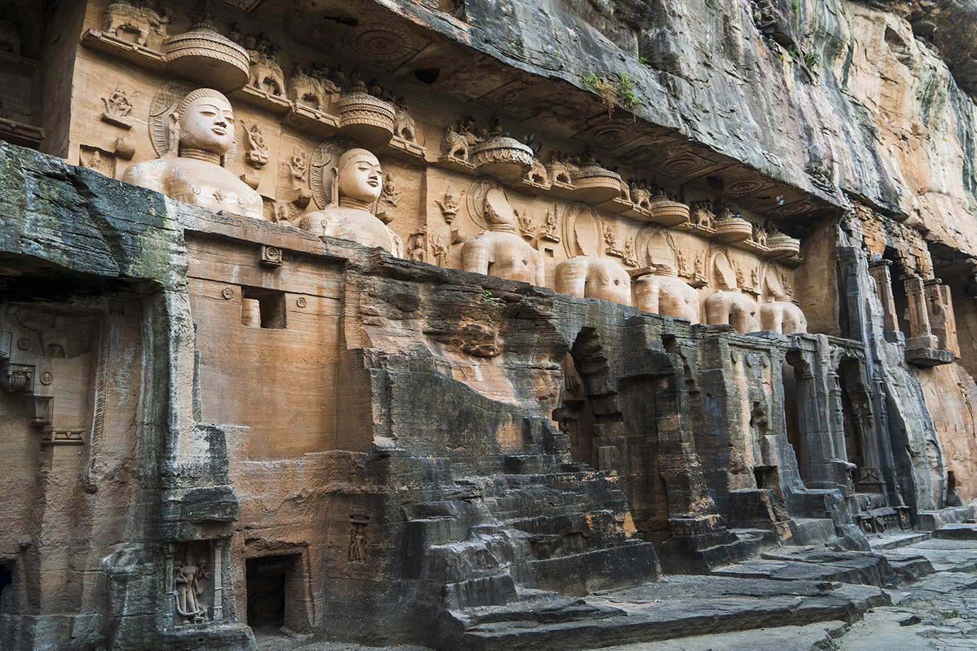 Cluster of Jain statues at the Ek Patthar Ki Bawadi group
